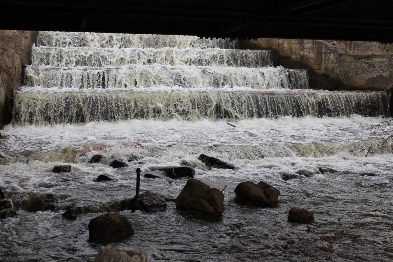 Водопад под мостом в сторону района Пульсометр