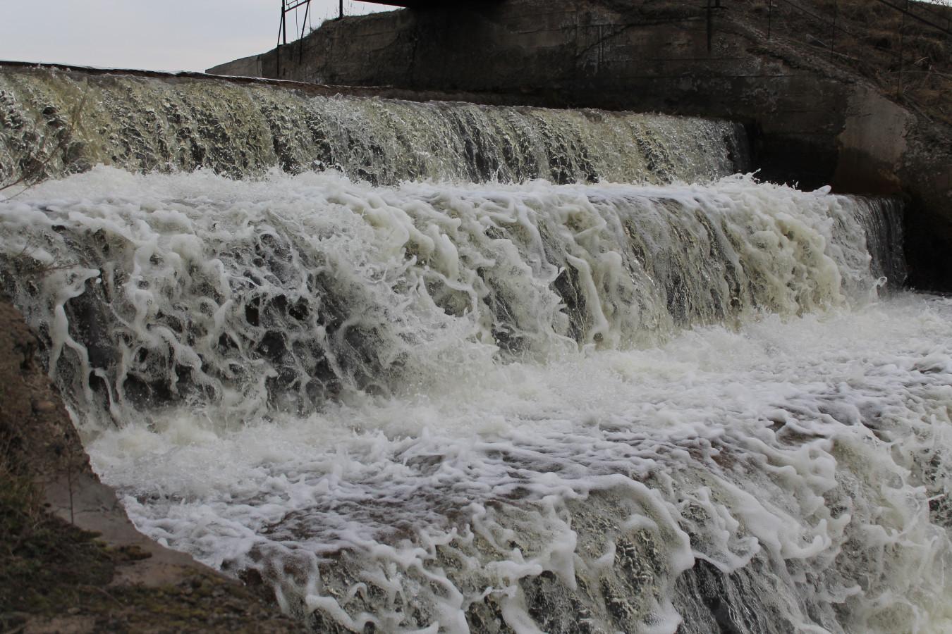 Водопад под мостом