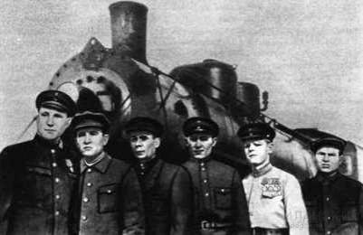 Старший машинист паровозного депо Иланская Красноярской железной дороги С. Н. Окороков со своей бригадой