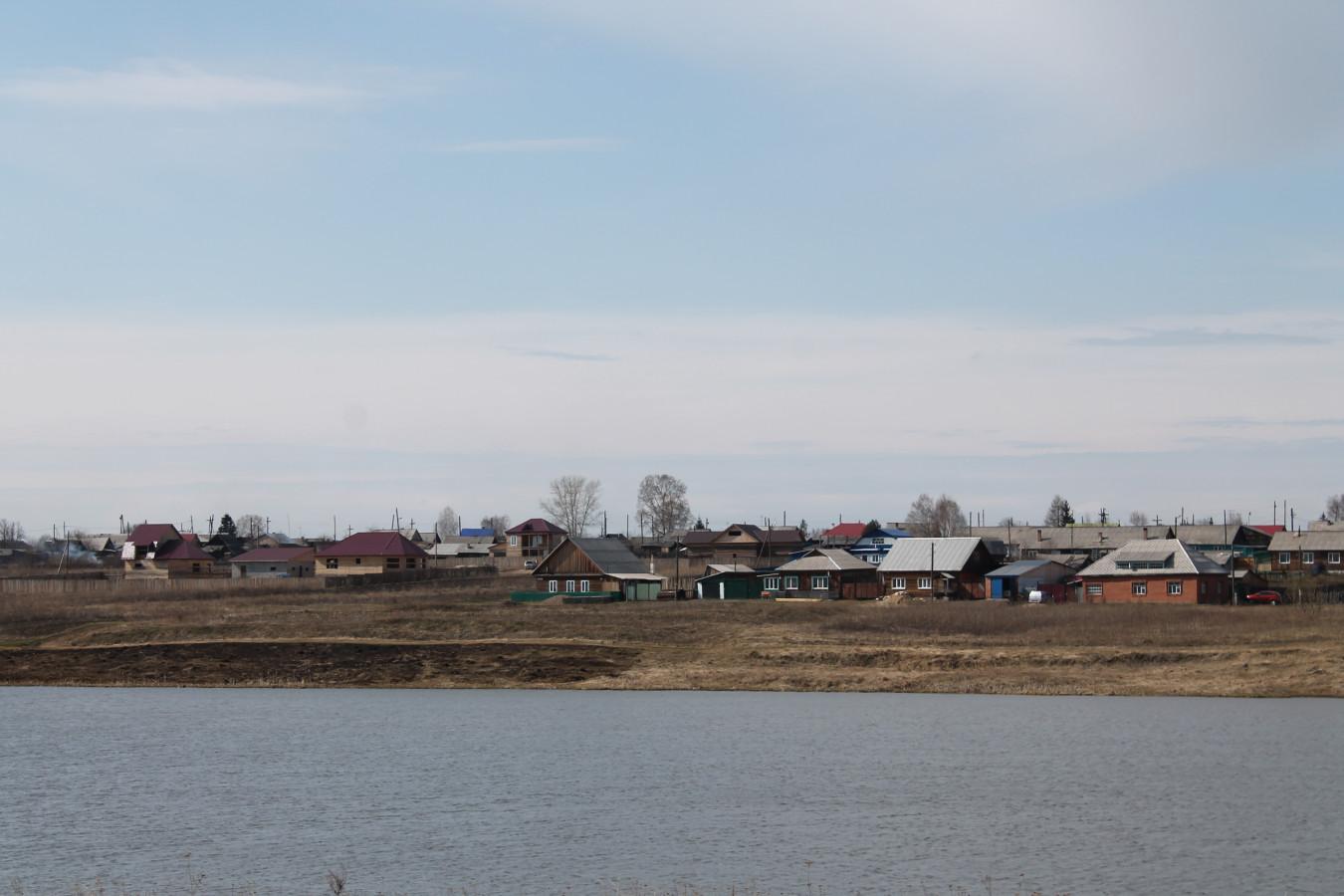 озеро Дорожное и город осенью