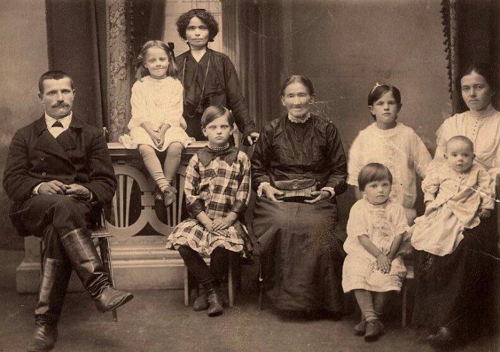 Мария Петровна Марковская − сельская учительница с семьей. Город Иланск. Июль 1916 года.