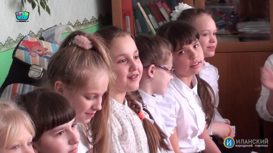 """Мальчики 4 """"А"""" класса Иланской СОШ № 1 поздравили своих девочек"""